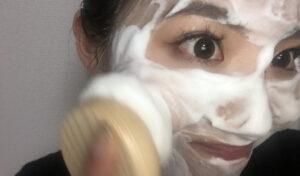 4.顔に泡をのせる。